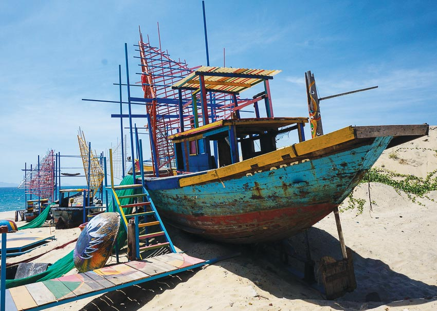 Một phần của sân khấu thuyền bên bờ biển