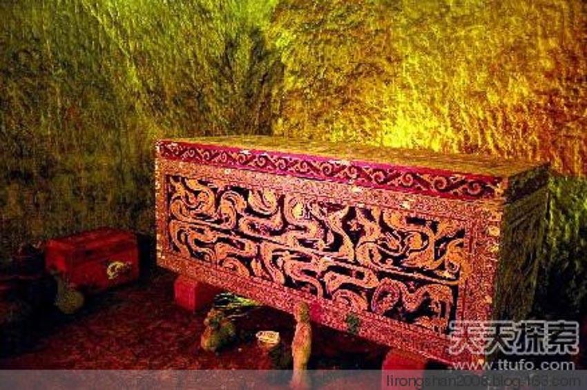 Một chiếc quan tài cổ trong hầm mộ