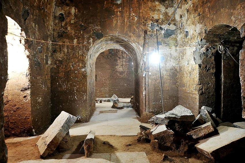 Một ngôi mộ cổ ở tỉnh Hà Nam bị bọn mộ tặc phá hủy