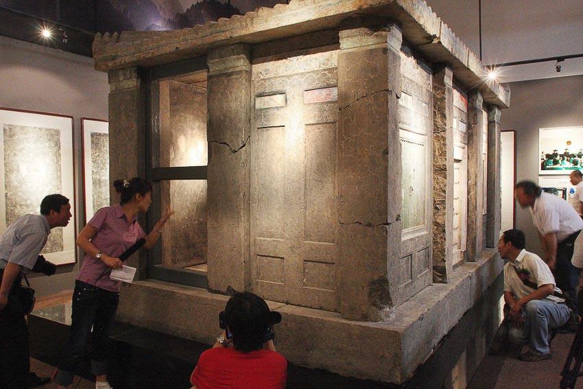Một quan tài bằng đá của hoàng hậu thời Đường trong bảo tàng của tỉnh Thiểm Tây. Quan tài này bị bọn buôn lậu bán ra nước ngoài được chính phủ TQ thu hồi về