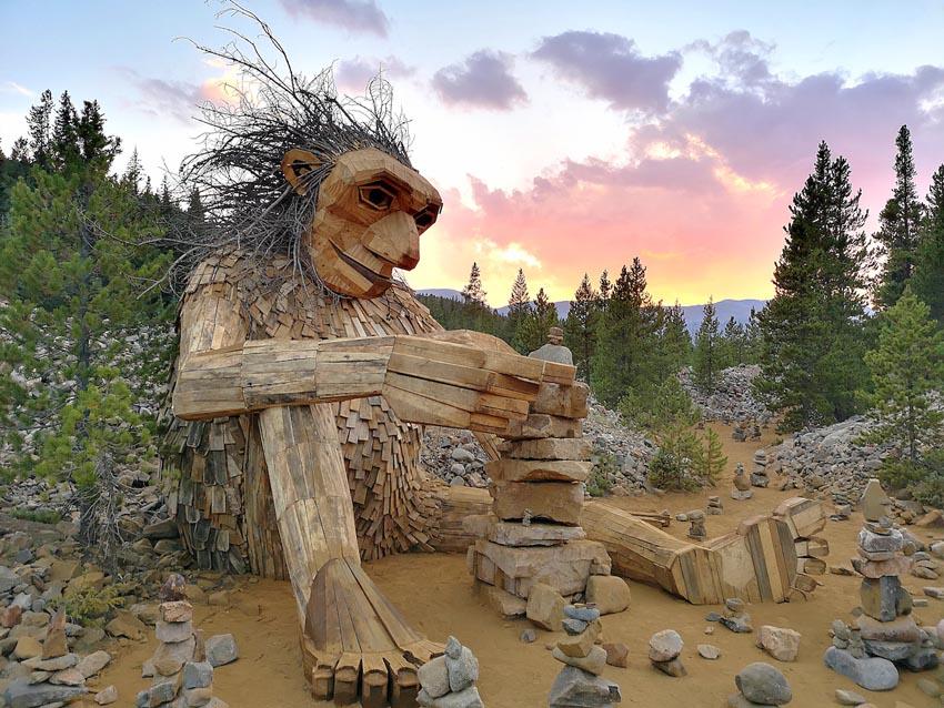 Những tác phẩm điêu khắc khổng lồ của Thomas Dambo - 13
