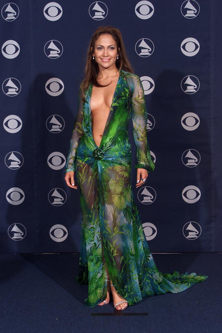Đôi sneaker lấy cảm hứng từ chiếc đầm Versace của Jennifer Lopez - 1