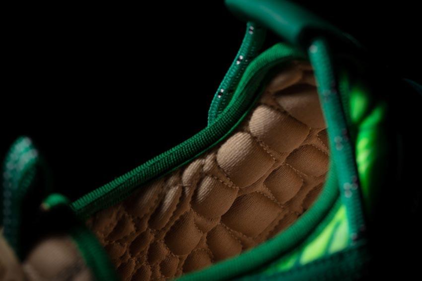 Đôi sneaker lấy cảm hứng từ chiếc đầm Versace của Jennifer Lopez - 3