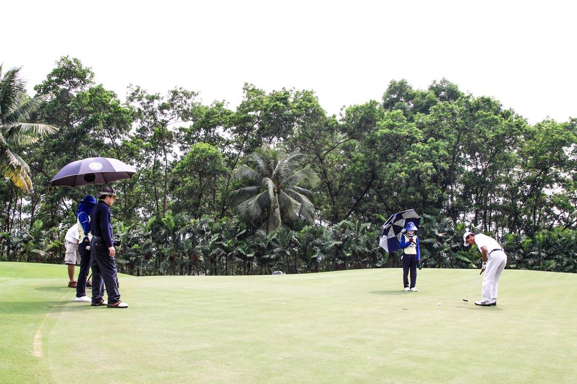 Cuối tuần, cùng sếp ra sân chơi đánh golf - 1