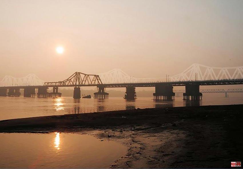 Cây cầu hơn 100 năm tuổi được 'xây' lại bằng... ánh sáng -3