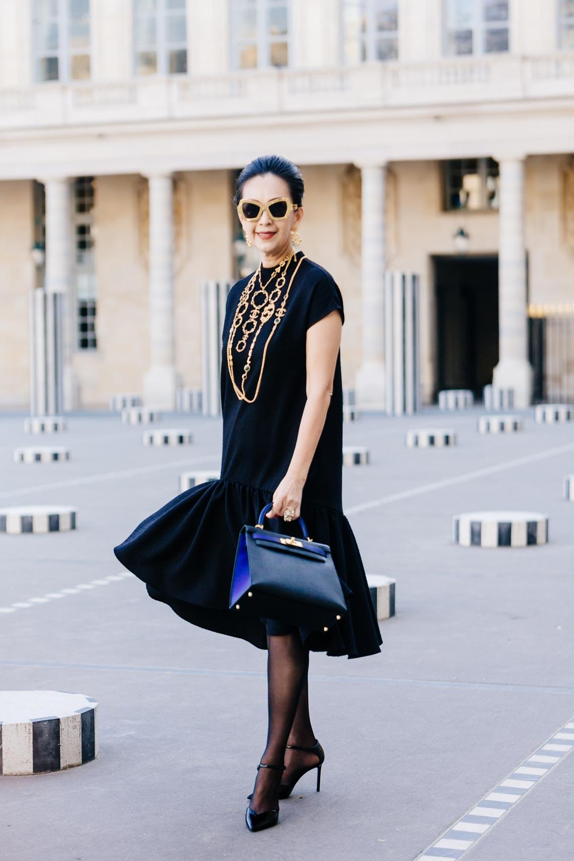 Diễm My sang trọng trong trang phục trắng đen dạo phố Paris - 1