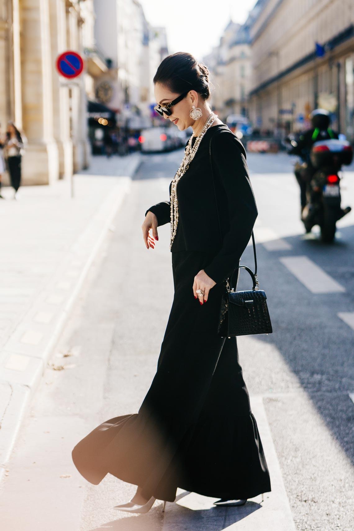 Diễm My sang trọng trong trang phục trắng đen dạo phố Paris - 4