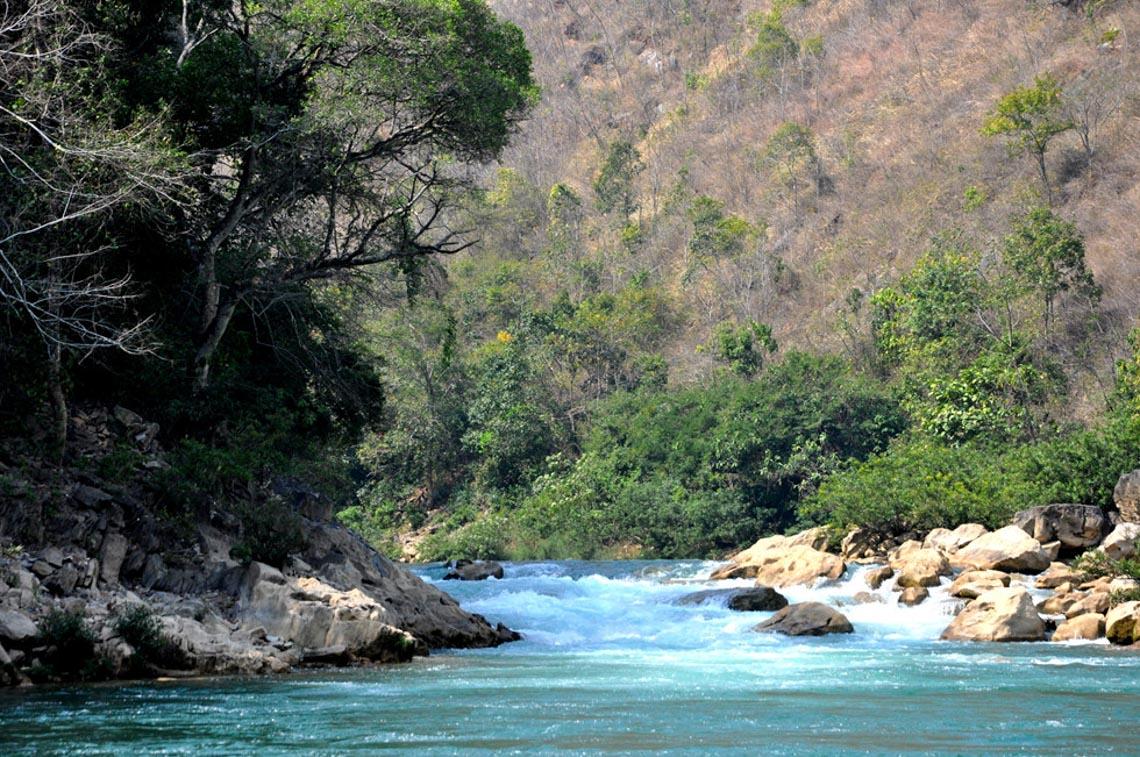 Sững sờ dòng sông Nho Quế xanh mướt, dịu dàng giữa núi đá - 1