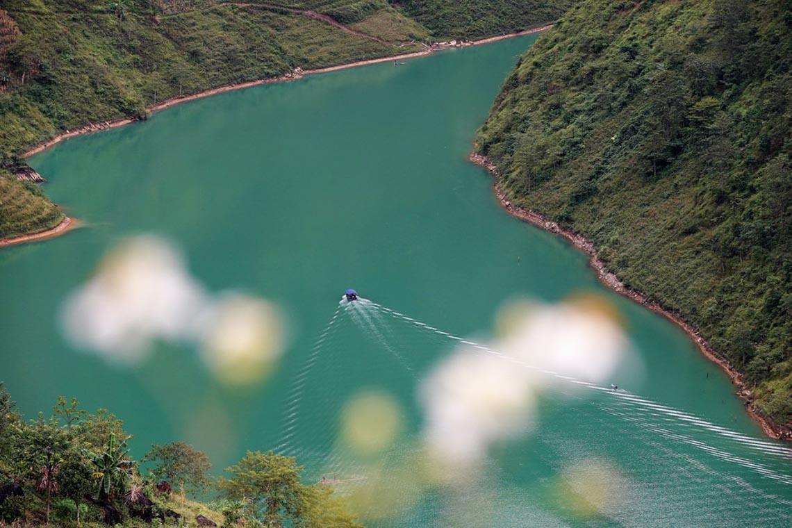 Sững sờ dòng sông Nho Quế xanh mướt, dịu dàng giữa núi đá - 2