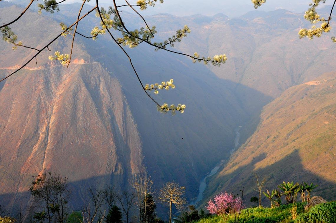 Sững sờ dòng sông Nho Quế xanh mướt, dịu dàng giữa núi đá - 3