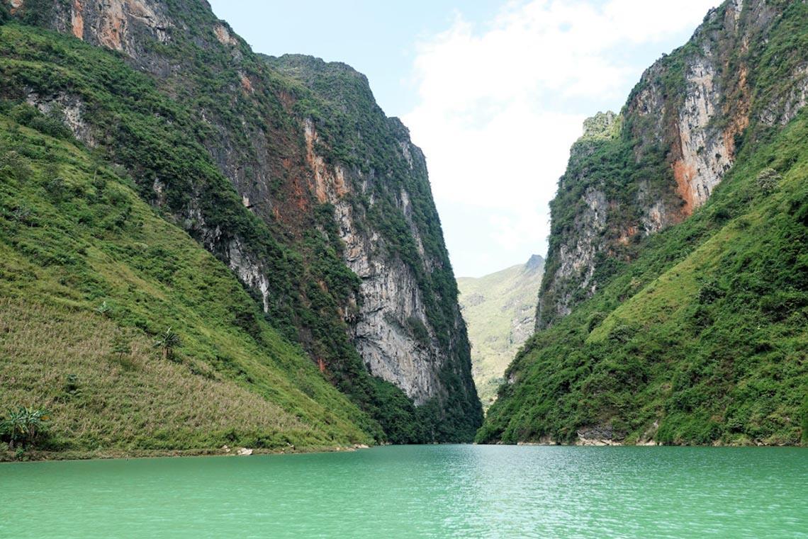 Sững sờ dòng sông Nho Quế xanh mướt, dịu dàng giữa núi đá - 4