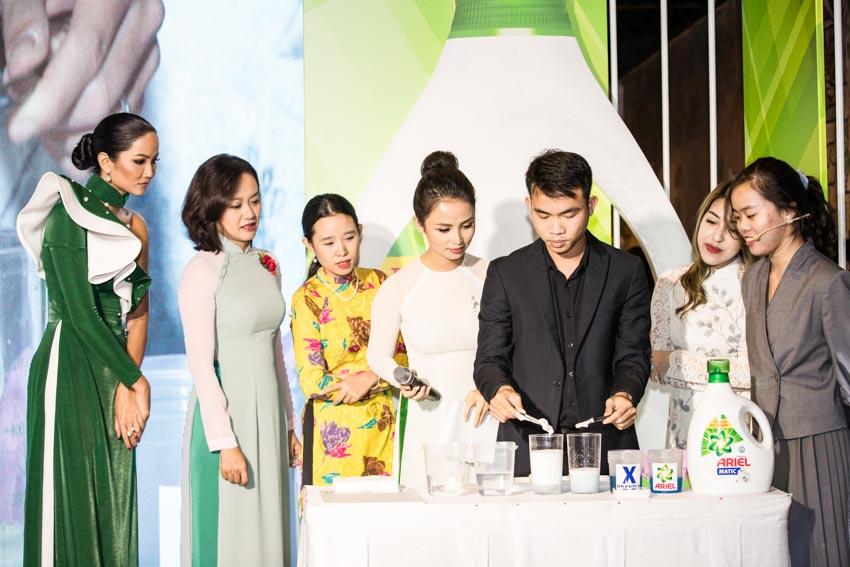 """Hoa hậu Hoàn Vũ Việt Nam 2017 H'Hen Niê tỏa sáng tại triển lãm áo dài """"Sắc Riêng Không Phai"""" - 7"""