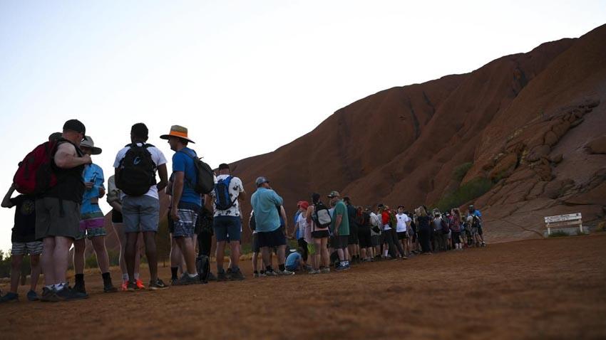 Du khách đổ xô lên núi thiêng Uluru ở Australia trước khi bị đóng cửa - 1