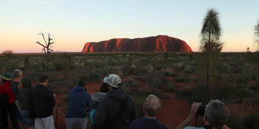 Du khách đổ xô lên núi thiêng Uluru ở Australia trước khi bị đóng cửa - 2