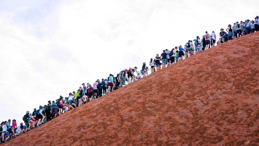 Du khách đổ xô lên núi thiêng Uluru ở Australia trước khi bị đóng cửa - 3