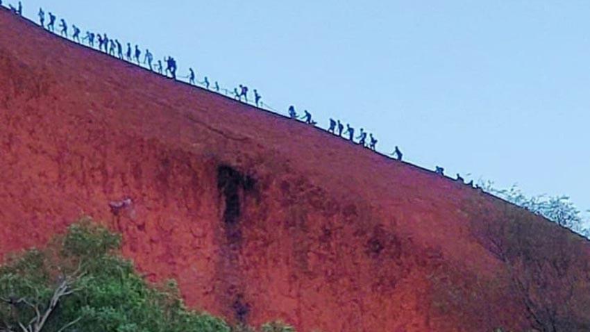 Du khách đổ xô lên núi thiêng Uluru ở Australia trước khi bị đóng cửa - 4