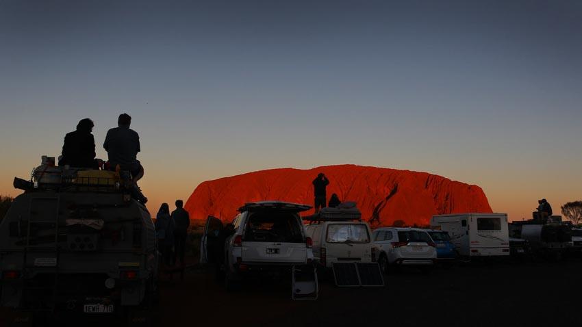 Du khách đổ xô lên núi thiêng Uluru ở Australia trước khi bị đóng cửa - 6