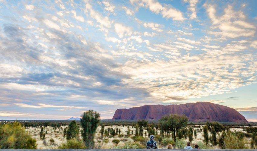 Du khách đổ xô lên núi thiêng Uluru ở Australia trước khi bị đóng cửa - 8