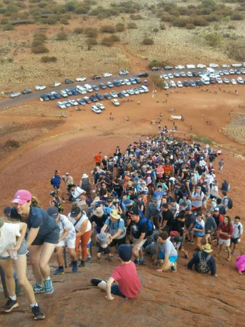 Du khách đổ xô lên núi thiêng Uluru ở Australia trước khi bị đóng cửa - 9