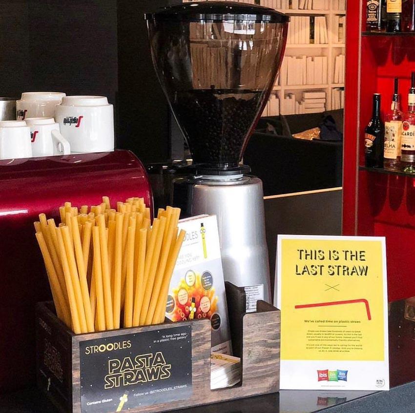 Các quán bar ở Ý bắt đầu sử dụng ống hút mì ống để giảm rác thải nhựa - 2