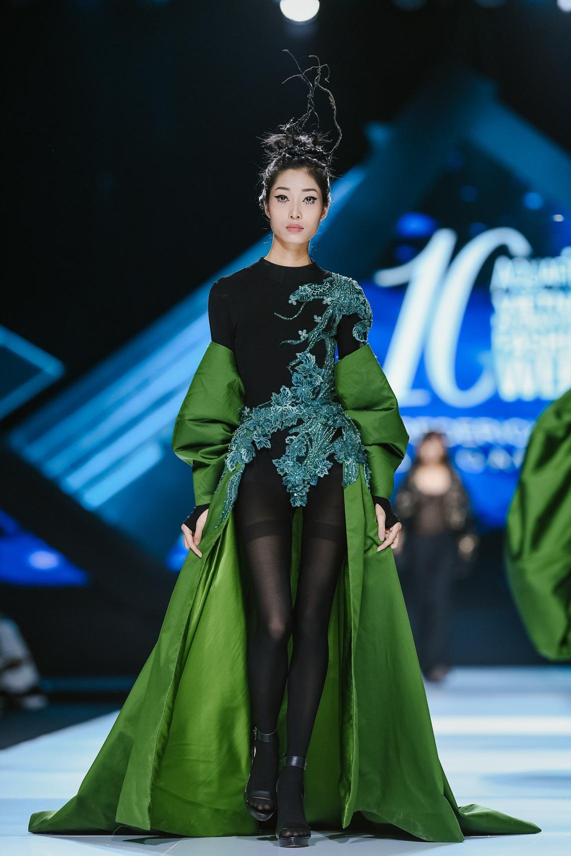 Siêu mẫu Thanh Hằng trong BST mới nhất của Frederick Lee trên sàn diễn Tuần lễ Thời trang Quốc tế Việt Nam Thu Đông 2019 - 10