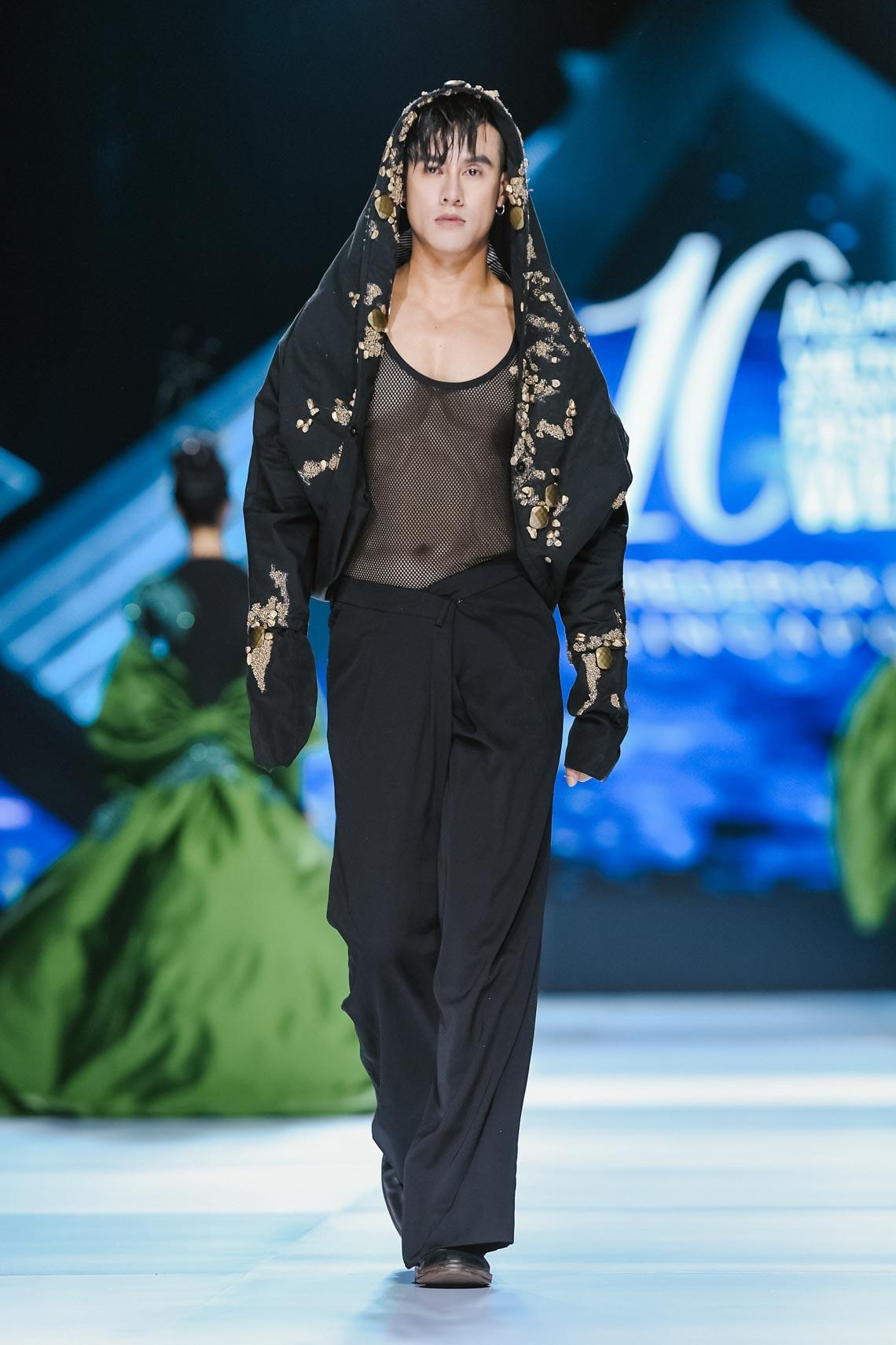 Siêu mẫu Thanh Hằng trong BST mới nhất của Frederick Lee trên sàn diễn Tuần lễ Thời trang Quốc tế Việt Nam Thu Đông 2019 - 11
