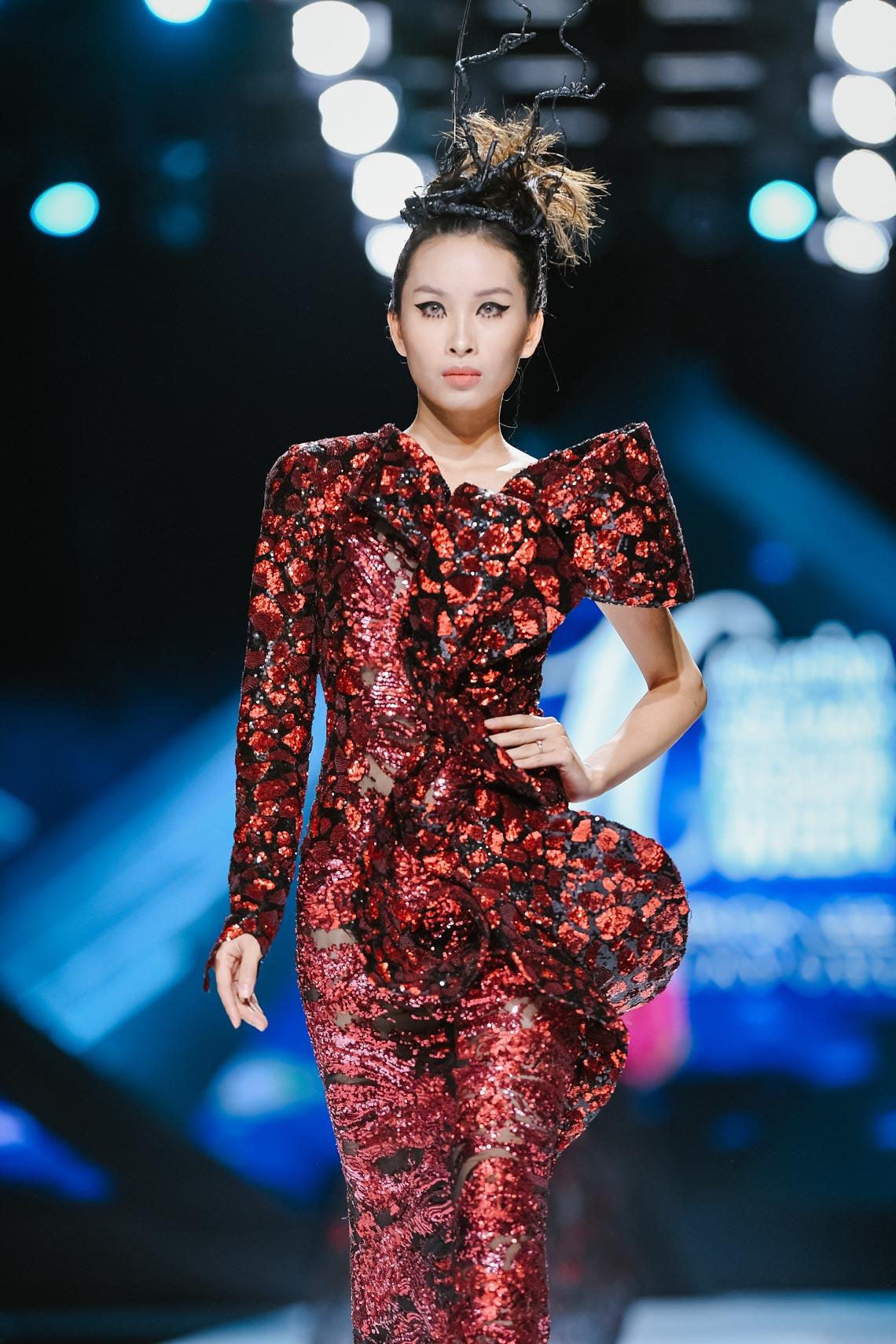 Siêu mẫu Thanh Hằng trong BST mới nhất của Frederick Lee trên sàn diễn Tuần lễ Thời trang Quốc tế Việt Nam Thu Đông 2019 - 13