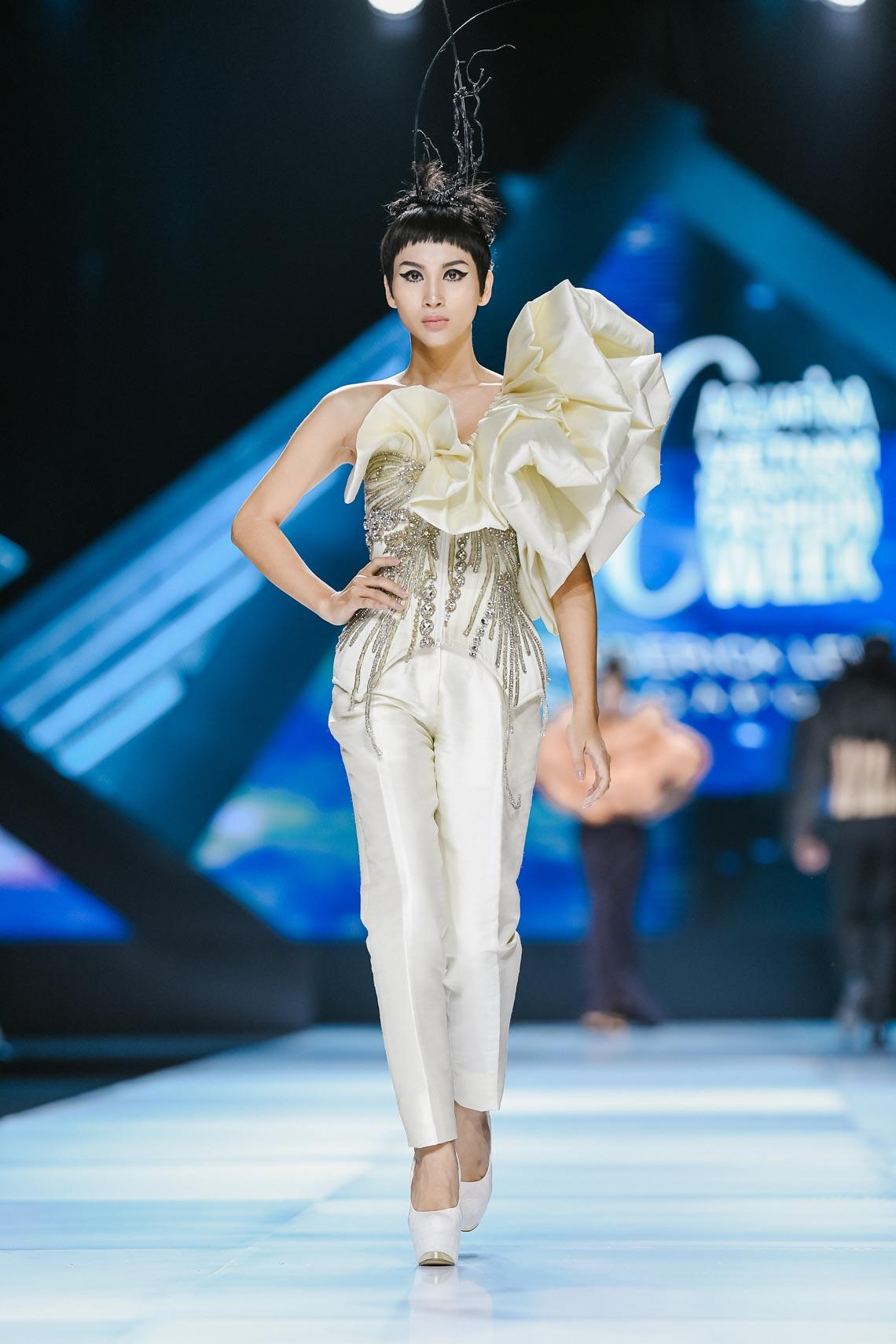 Siêu mẫu Thanh Hằng trong BST mới nhất của Frederick Lee trên sàn diễn Tuần lễ Thời trang Quốc tế Việt Nam Thu Đông 2019 - 17