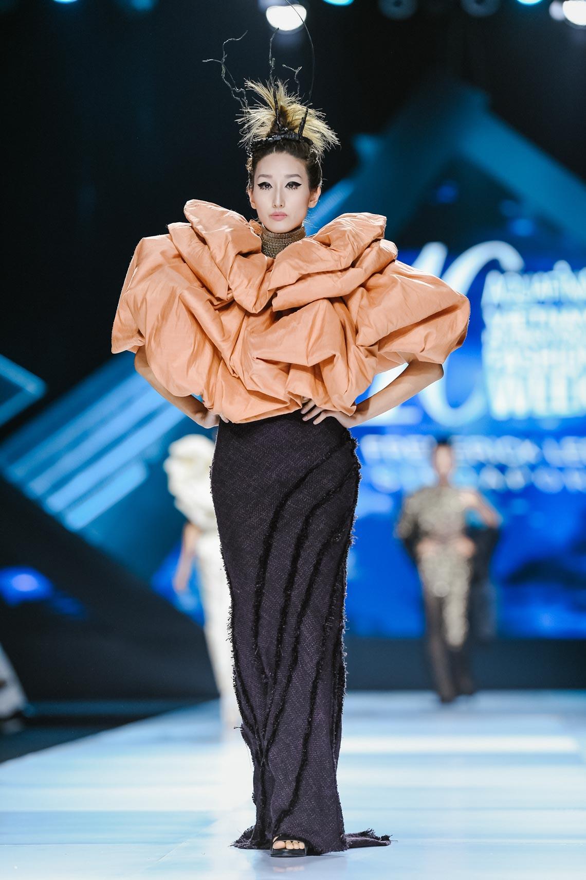 Siêu mẫu Thanh Hằng trong BST mới nhất của Frederick Lee trên sàn diễn Tuần lễ Thời trang Quốc tế Việt Nam Thu Đông 2019 - 18