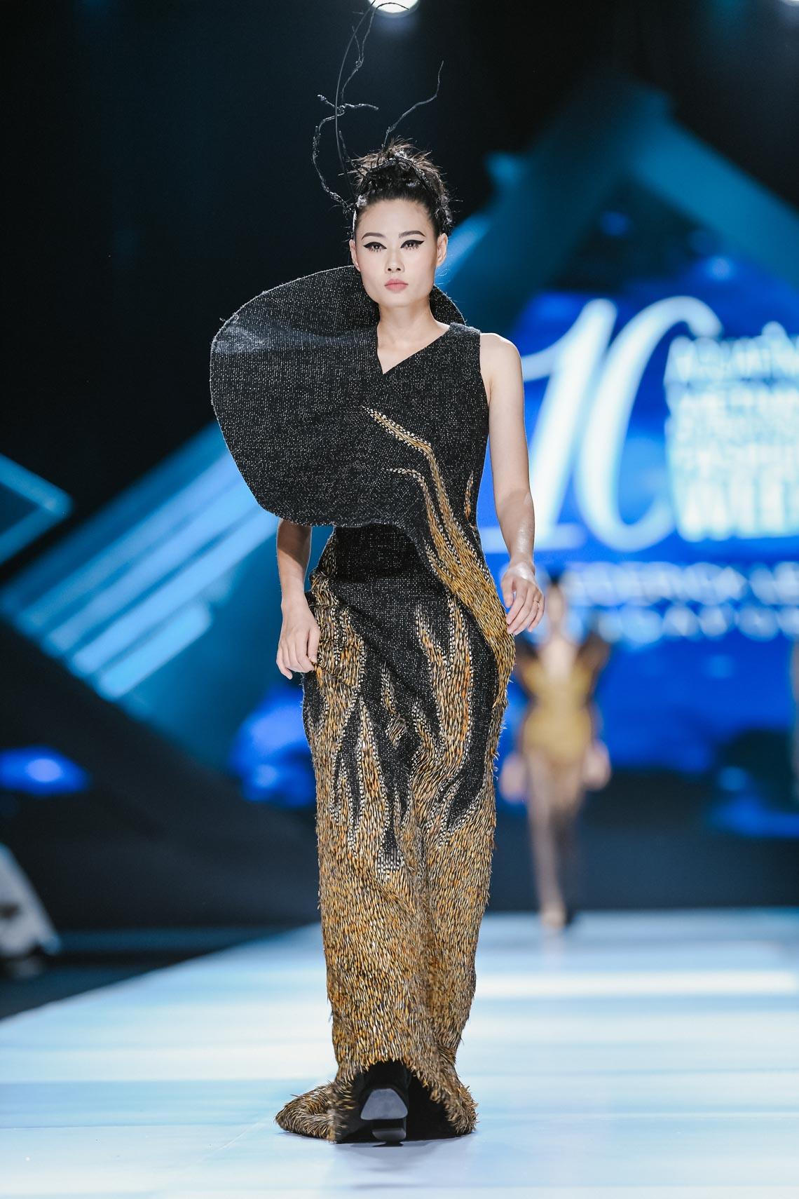 Siêu mẫu Thanh Hằng trong BST mới nhất của Frederick Lee trên sàn diễn Tuần lễ Thời trang Quốc tế Việt Nam Thu Đông 2019 - 20