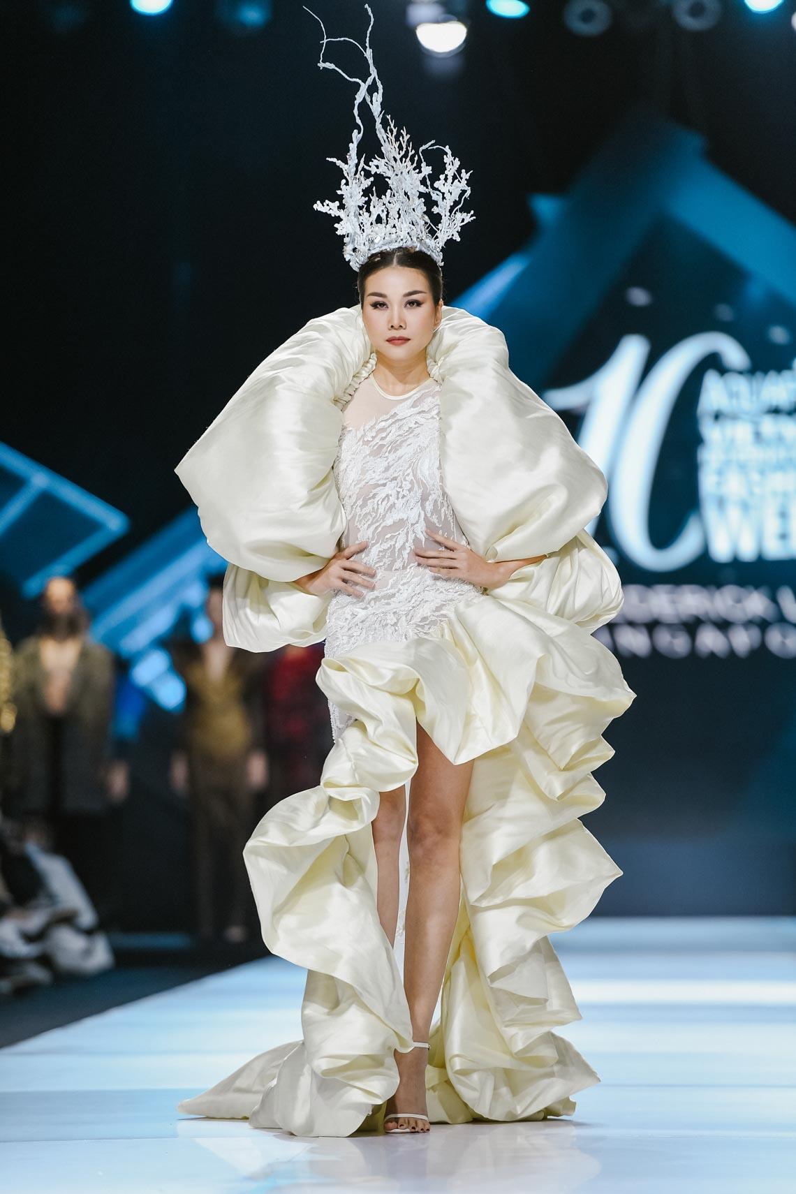 Siêu mẫu Thanh Hằng trong BST mới nhất của Frederick Lee trên sàn diễn Tuần lễ Thời trang Quốc tế Việt Nam Thu Đông 2019 - 21