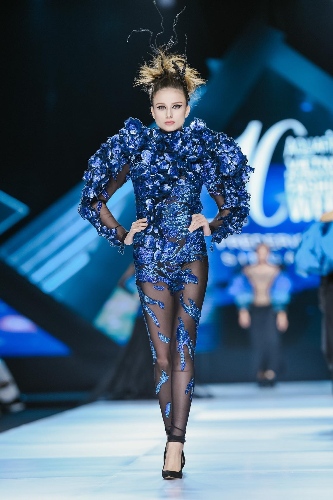 Siêu mẫu Thanh Hằng trong BST mới nhất của Frederick Lee trên sàn diễn Tuần lễ Thời trang Quốc tế Việt Nam Thu Đông 2019 - 5