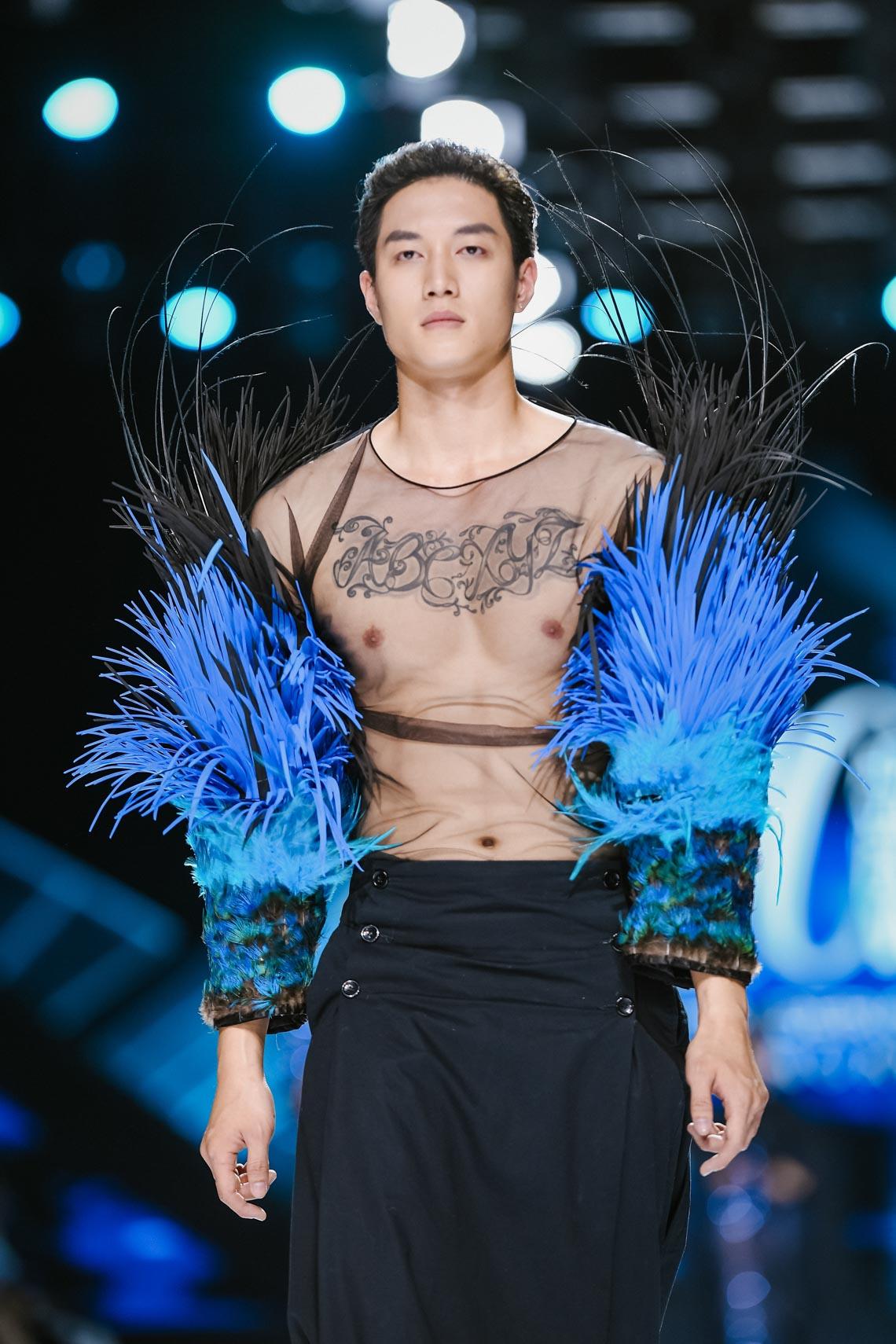 Siêu mẫu Thanh Hằng trong BST mới nhất của Frederick Lee trên sàn diễn Tuần lễ Thời trang Quốc tế Việt Nam Thu Đông 2019 - 6