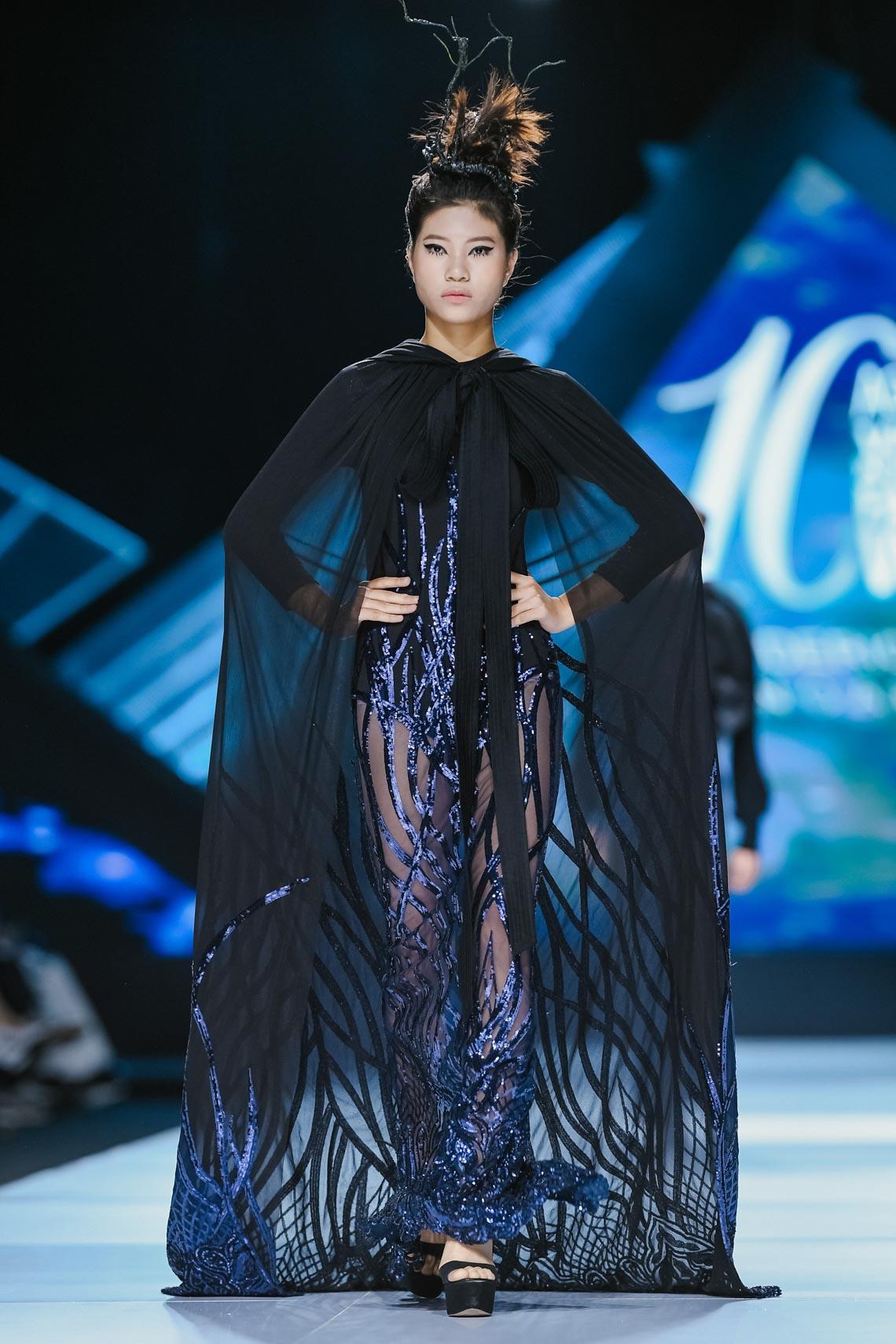 Siêu mẫu Thanh Hằng trong BST mới nhất của Frederick Lee trên sàn diễn Tuần lễ Thời trang Quốc tế Việt Nam Thu Đông 2019 - 7