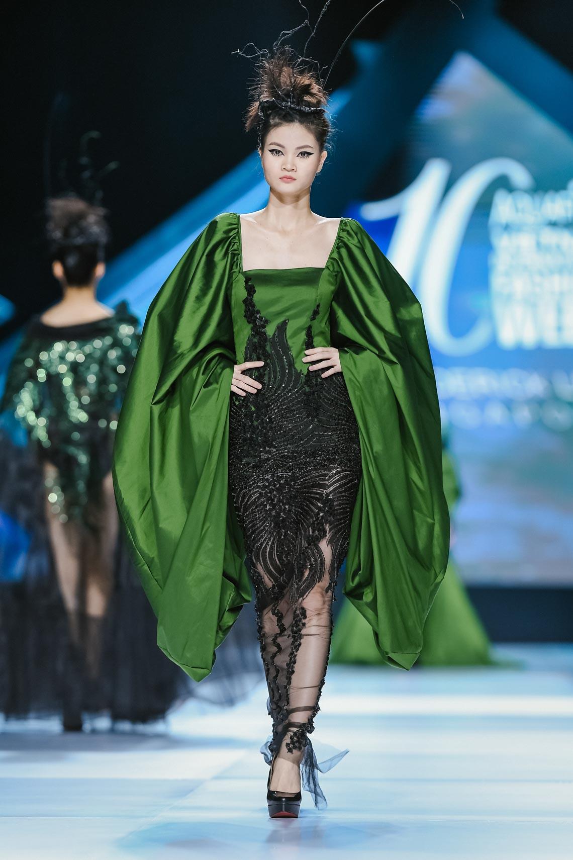 Siêu mẫu Thanh Hằng trong BST mới nhất của Frederick Lee trên sàn diễn Tuần lễ Thời trang Quốc tế Việt Nam Thu Đông 2019 - 9