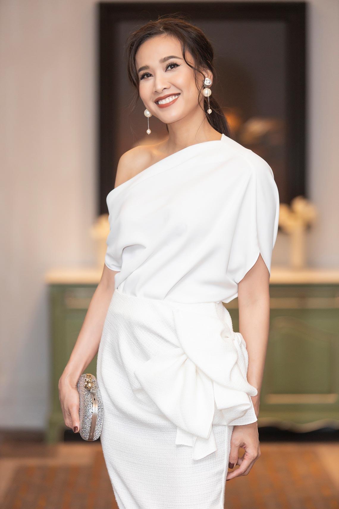 Dàn mỹ nhân diện trang phục trắng tinh khôi của NTK Đỗ Mạnh Cường - 14