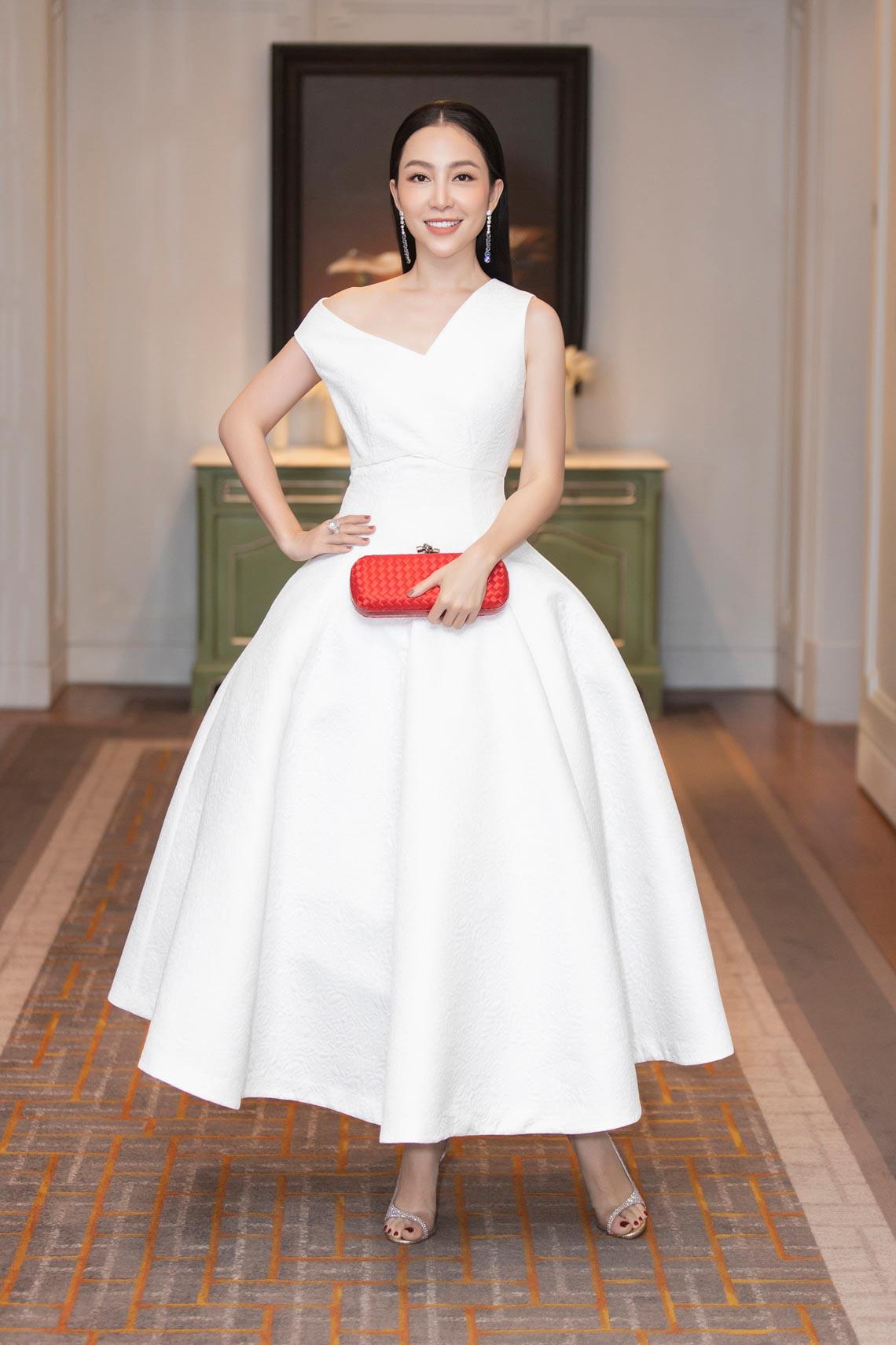 Dàn mỹ nhân diện trang phục trắng tinh khôi của NTK Đỗ Mạnh Cường - 15