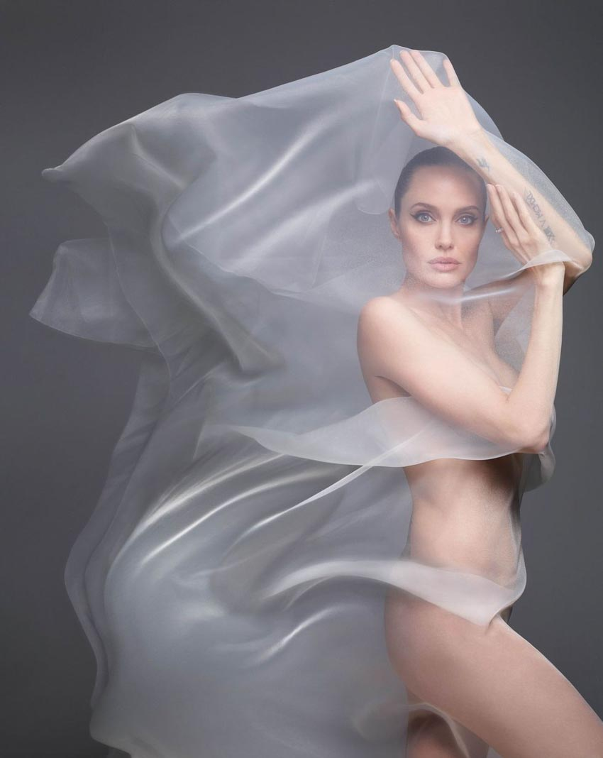 Angelina Jolie bất ngờ khỏa thân trên tạp chí Harper's Bazaar-2
