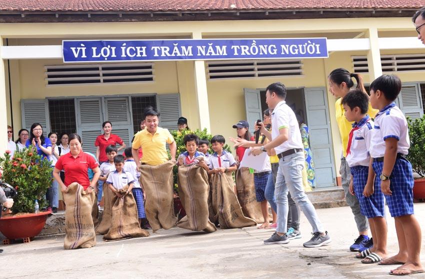 Tập đoàn Chubb tặng học bổng cho học sinh tỉnh Long An -4