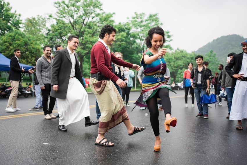 Kết bạn bản xứ, đi lễ hội để bớt sốc văn hóa khi du học -1