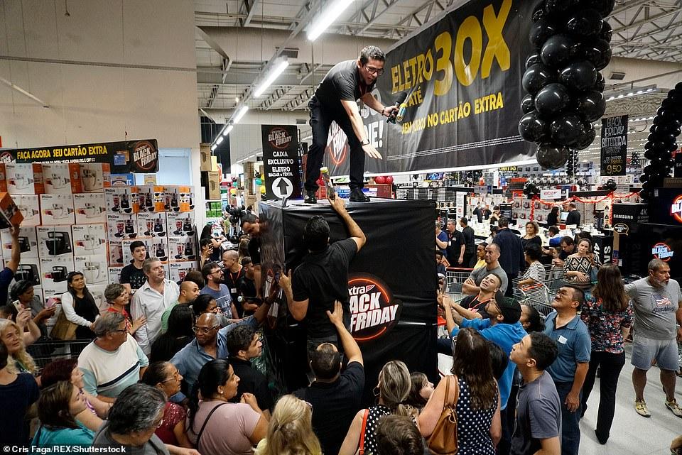 Chiêu kích cầu ngày hội mua sắm Black Friday ở Anh