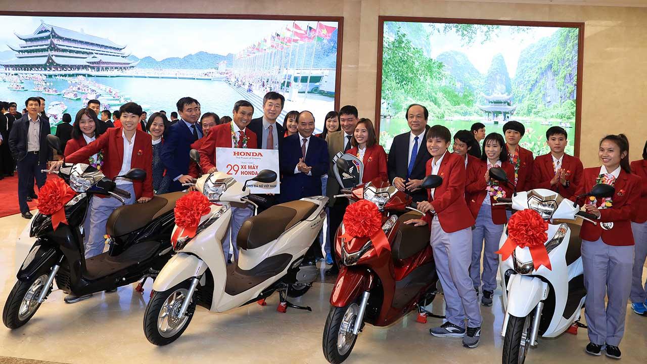 Honda Việt Nam tặng LEAD và Winner X cho các tuyển thủ bóng đá Việt Nam - 2