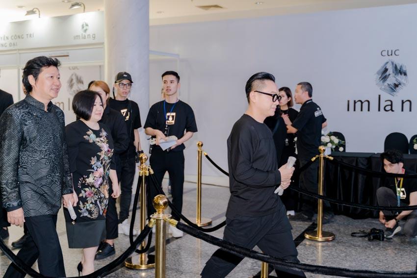 """Đông đảo người hâm mộ thời trang & nghệ thuật tham dự triển lãm """"Cục Im Lặng"""" của NTK Nguyễn Công Trí -3"""