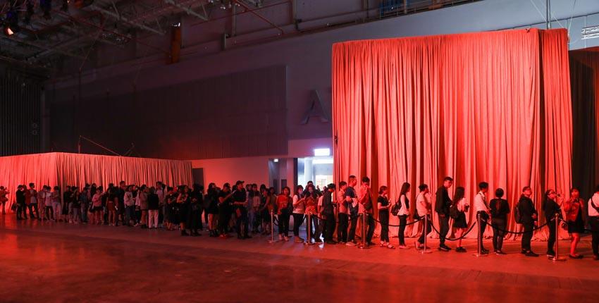 """Đông đảo người hâm mộ thời trang & nghệ thuật tham dự triển lãm """"Cục Im Lặng"""" của NTK Nguyễn Công Trí -9"""