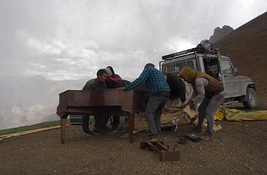 Trình diễn đàn piano ở độ cao lớn nhất thế giới -5