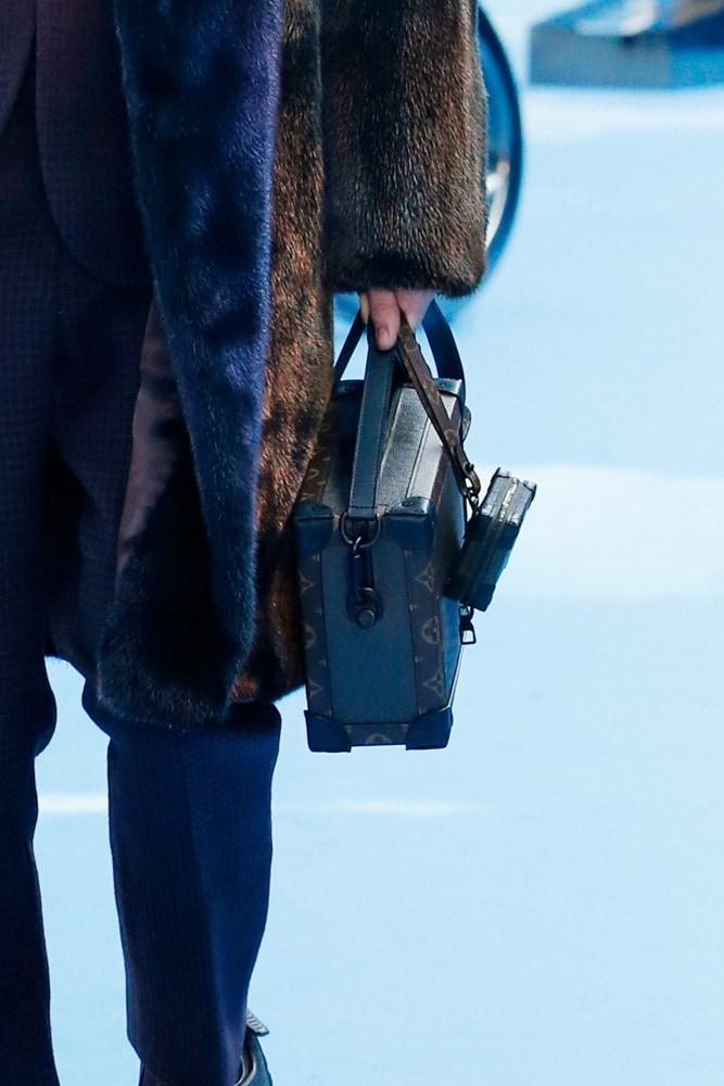 Những thiết kế túi của Abloh đưa Louis Vuitton vào xứ sở thần tiên - 7