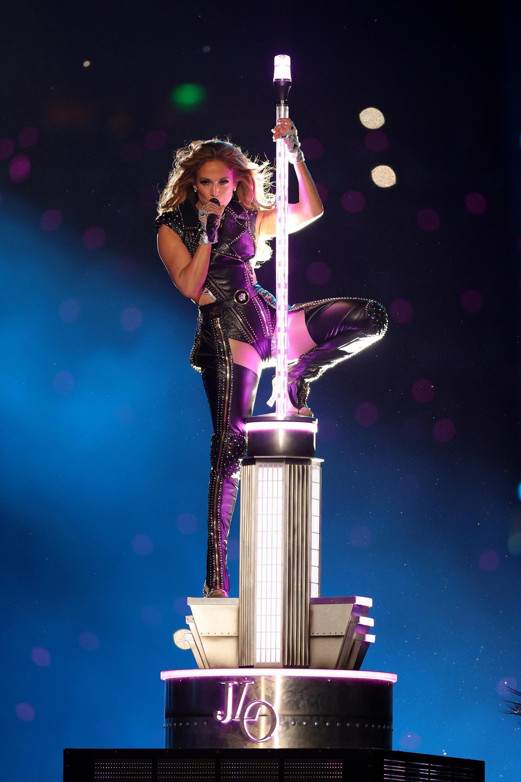 Jennifer Lopez thay đồ chỉ trong 8 giây, Shakira mặc váy đính 20.000 viên Swavroski tại Super Bowl Halftime Show 2020 - 2