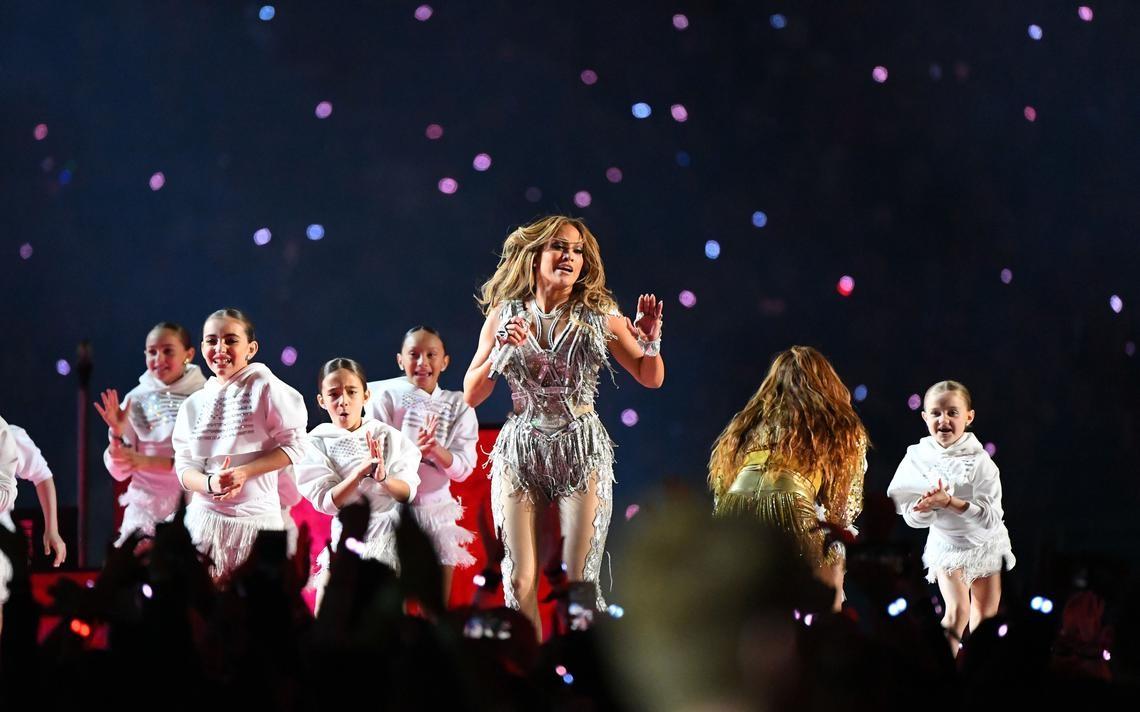 Jennifer Lopez thay đồ chỉ trong 8 giây, Shakira mặc váy đính 20.000 viên Swavroski tại Super Bowl Halftime Show 2020 - 4