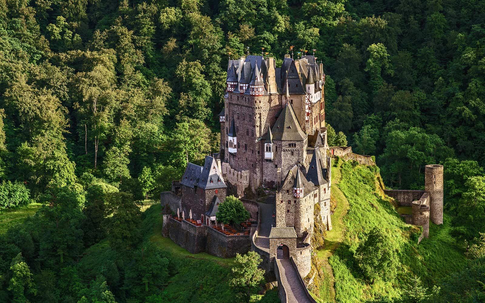 Lâu đài Eltz là một cấu trúc nổi bật mọc lên từ những ngọn đồi phía trên sông Moselle giữa Koblenz và Trier, Đức.