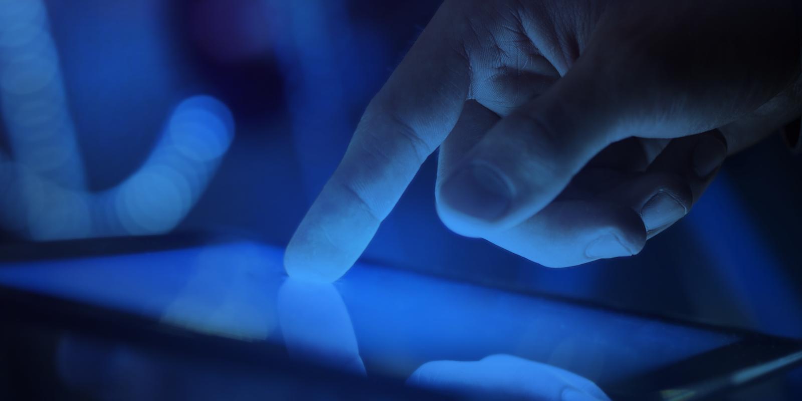Ánh sáng xanh phát ra bởi màn hình các thiết bị điện tử có thể thay đổi quá trình sinh ra melatonin